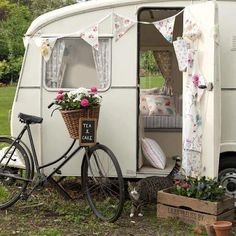 ~a little vintage camper, bike & basket, gorgeous little bunting~