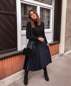 Dreamy Pleated Skirt Outfit Ideas For Fall You Should Already Own 22 Black Pleated Skirt Outfit, Long Skirt Outfits, Midi Skirt Outfit, Winter Skirt Outfit, Modest Outfits, Classy Outfits, Modest Fashion, Leopard Skirt, Black Outfits