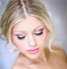 Braut blondes Haar lila Lidschatten rosa Lippenstift