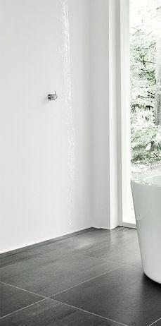 Ekslusivt badeværelse med linjeafløb dekoreret med flise, som matcher resten af gulvet i badeværelset. unidrain®: HighLine