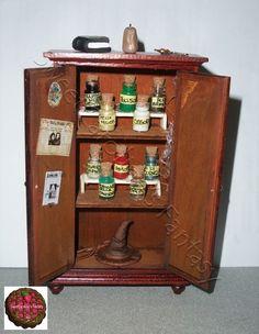 "Armadio in legno in scala 1:12 , tema ""Harry Potter"""