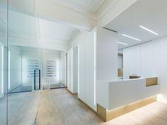 Clínica dental en un edificio histórico, por Ippolito Fleitz