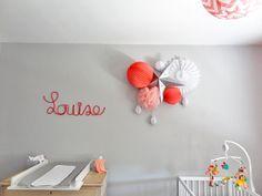 Chambre de bébé avec lampions et tricotin | Cute baby girl nursery with paper lanterns | www.sous-le-lampion.com