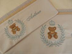 Jogo de lençol para bebê em percal 200, suave ao toque. Tamanho padrão americano. Composto de lençol de cima com vira em piquet bordado, fronha com faixa bordada com detalhes da vira e lençol de elástico. Outras opções de bordado e cores disponíveis. Consulte.