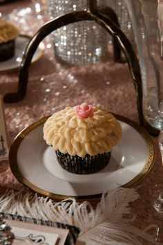 old hollywood glam style cupcakes for a wedding or party, hotel del coronado