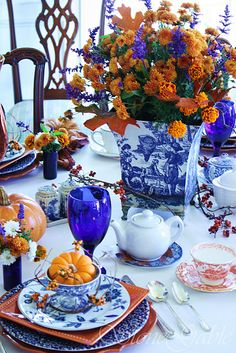 love this offbeat Thanksgiving table - the blue willow ware gives it a very nice modern vibe without sacrificing the traditionalism of the holiday :) Thanksgiving Tablescapes, Thanksgiving Decorations, Holiday Decor, Holiday Tablescape, Blue And White China, Blue China, Blue Orange, Cobalt Blue, Blue Willow China