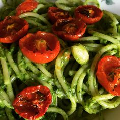 Spaghettoni con pesto di rucola, pomodorini confit e mandorle. Pesto, Shrimp, Vegetables, Food, Meal, Essen, Vegetable Recipes, Hoods, Meals