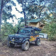 Land Rover Defender 110 Pickup-Camping off road.
