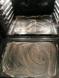 ungiftig Backofenreiniger:  Essig, Backpulver, Zitronensaft. Eine Paste rühren und überall  im Inneren des Ofens verteilen,einschließlich Glastür, und für mehrere Stunden  wirken lassen. Danach sauber wischen.