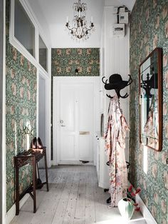 moody green floral wallpaper covering all the walls takes over the whole space and makes it cooler Scandinavian Apartment, Scandinavian Home, Home Interior, Interior And Exterior, Interior Design, Retro Home Decor, Diy Home Decor, Room Decor, Green Floral Wallpaper