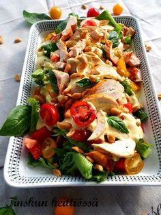 Tämä on erinomainen ja maistuva salaatti joka sopii hyvin esim. illanistujaisiin tai vaikkapa kesän juhlissa tarjottavaksi. Saitko ku... I Love Food, Good Food, Yummy Food, Cocktail Party Food, Salty Foods, Cooking Recipes, Healthy Recipes, Pizza, Everyday Food