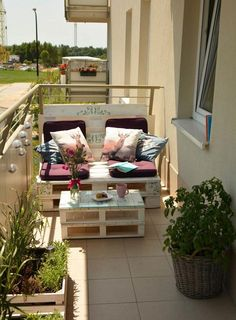 Building a Balcony Sofa: Tips and DIY Ideas for a Sofa made of Pale .- Balkon Sofa bauen: Tipps und DIY-Ideen für ein Sofa aus Paletten Build Balcony Sofa: Tips and DIY ideas for a sofa made of pallets by yourself # Balcony furniture - Decor, Balcony Decor, Outdoor Furniture Sets, Balcony Furniture, Home Decor, Outdoor Decor, Pallet Diy, Outdoor Sofa, Sofa