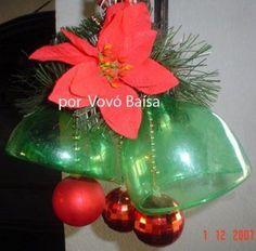 ¿Cómo hacer adornos para un arbol de navidad exterior? | Aprender manualidades es facilisimo.com Christmas On A Budget, Christmas Design, Christmas Projects, Christmas Wreaths, Christmas Bulbs, Christmas Crafts, Santa Crafts, Christmas Candle Holders, Plastic Bottle Crafts