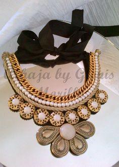 Collar elaborado con perlas, cadena y botones.