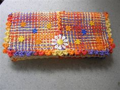 Inspired by the pin loom project on the newest Handwoven issue, I made this clutch/handbag with a 4 x pin loom. I wove 6 squares, and… Pin Weaving, Weaving Art, Loom Weaving, Potholder Loom, Weaving Machine, Types Of Weaving, Loom Craft, Peg Loom, Weaving Projects