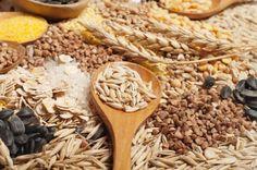 Cereais integrais podem ajudar a perder peso  O arroz integral, a aveia, a farinha e a cevada integrais integram o grupo dos cereais integrais, não processados. Os cereais refinados são processados e moídos de forma a remover o farelo e o gérmen de forma a prolongar a sua duração. A moagem retira aos cereais a fibra, o ferro e o complexo vitamínico B. O arroz branco e o pão branco são exemplos de cereais refinados