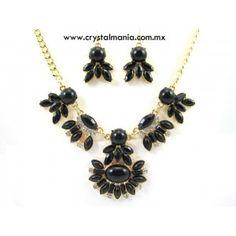 Set de collar y aretes en tono dorado con cristales y detalles en tono negro estilo 30533