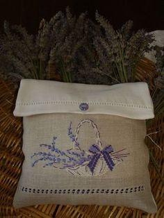 pochette-enveloppe panier de lavande. Creation Point de Croix 22. Helene le Berre - un parfum de lavande