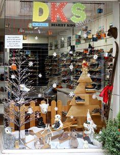 Vitrine de Noël 2019 DKS Grenoble spécialiste chaussures bébé et enfant dégriffées Expo Picasso, Grenoble, Advent Calendar, Photo Wall, Christmas Tree, Holiday Decor, Frame, Home Decor, Store