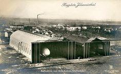 """Flugplatz Johannisthal Berlin, Das Gelände umfasste rund zwei Quadratkilometer. Auf ihm befanden sich u. a. das Gebäude des Kaiserlichen Aero-Clubs, das zuvor rund 1000 Meter entfernt stand und im April 1911 """"nach amerikanischer Art"""" auf Schienen versetzt wurde, sowie zwei Hallen für Luftschiffe."""