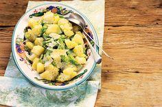 O reinado de um salsão sempre ganha mais glamour quando a batata entra em cena. Nessa salada fresca, ideal para um almocinho descomplicado, ele aparece em fatias finas e ela em pedaços rústicos.