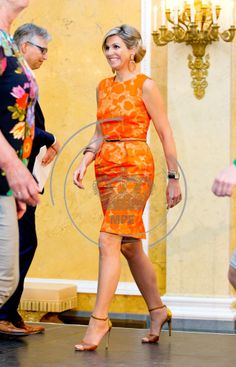 Queen Maxima presents the 'Appeltjes van Oranje' (Apples of Orange) awards for social initiatives supported by the Oranje my kind of dress. Foundation in Palace Noordeinde in The Hague, The Netherlands, 22 May Hollywood Fashion, Royal Fashion, Hollywood Actresses, Queen Of Netherlands, Estilo Real, Queen Outfit, Dress Vestidos, My Fair Lady, Crown Princess Victoria