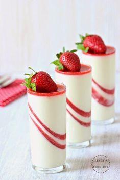 Vanilla Panna Cotta with Strawberry Jelly Fancy Desserts, Italian Desserts, Just Desserts, Delicious Desserts, Dessert Recipes, Yummy Food, Strawberry Panna Cotta, Strawberry Jelly, Strawberry Ideas