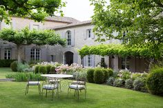 Lovely Deco: Le Mas de Berard à Saint Remy de Provence French Cottage, French Country House, French Farmhouse, Beautiful Gardens, Beautiful Homes, Green Architecture, Facade House, Shade Garden, Dream Garden