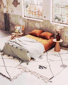 Eso, así ¡QUIERO! 🧡🙌🏻 #inlove #beniouarain #inspiracion Cold Day, Comforters, Blanket, Bed, Furniture, Instagram, Home Decor, Creature Comforts, Quilts