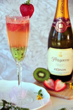 Kiwi Strawberry Bellini Wrape You should try it. Didn't you like the peach bellini? Party Drinks, Cocktail Drinks, Cocktail Recipes, Bellini Cocktail, Refreshing Drinks, Summer Drinks, Strawberry Bellini, Strawberry Kiwi, Strawberry Cocktails