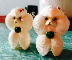 Poodles made of sea shells! Sea Crafts, Nature Crafts, Diy And Crafts, Arts And Crafts, Seashell Painting, Seashell Art, Stone Painting, Seashell Christmas Ornaments, Snowman Ornaments