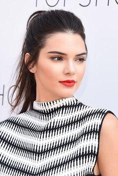Kendall Jenner | 13 celebridades que vão te fazer sentir vontade de arrasar no batom vermelho