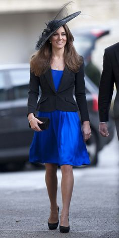Kate Middleton wore a custom blue dress by Issa to attend the wedding of friends Harry Mead and Rosie Bradford. Kate Middleton Latest, Style Kate Middleton, Pippa Middleton, Middleton Family, The Duchess, Duchess Of Cambridge, Issa Dresses, Blue Dresses, Kate Middleton Birthday