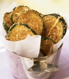 Recipe for Zucchini Oven Chips - Breaded, oven-fried zucchini chips taste like they're fried, yet they are baked and amazingly crispy. These chips make a healthy substitute for French fries or potato chips. Zucchini Chips, Healthy Zucchini, Breaded Zucchini, Zucchini Bread, Recipe Zucchini, Stuffed Zucchini, Zucchini Parmesan, Veggie Chips, Garlic Parmesan