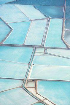 Blue salt fields in, Shark Bay Australia. Photographer Simon Butterworth took aerial shots of it. Shots of blue salt fields look so surreal, like patterns of abstract painting. Butterworth, Shabby Chic Design, Le Grand Bleu, Everything Is Blue, Bleu Turquoise, Light Turquoise, Felder, Blue Aesthetic, Birds Eye View