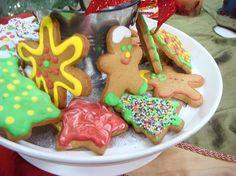 Galletas de Navidad decoradas (10/11/2014) 1 barra mantequilla suave 1 taza azúcar moreno (medida apretada) 2 huevos grandes 1/4 taza miel de tapa espesa 3.3/4 tazas de harina 2 cucharaditas de jengibre en polvo 1.1/2 cucharadita bicarbonato 1/2 cucharadita canela molida 1/2 cucharadita de nuez moscada 1/2 cucharadita de sal Batir mantequilla, azúcar moreno, añadir…