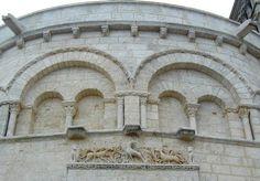Cathédrale Saint-Pierre à Angoulême. Chevet - Scène de chasse symbolisant la quête mystique. Architecture Romane, Romanesque Architecture, Mystique, Built Environment, 12th Century, Hunting, Roman Architecture