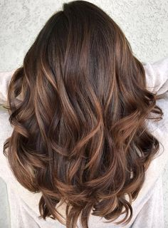 Most beautiful and modern trends of smooth caramel balayage hair color ideas for ladies that will really help them to make their locks more attractive then ever. You know the balayage is french hair coloring technique which is now has become more popular Hair Color Highlights, Ombre Hair Color, Cool Hair Color, Brown Hair Colors, Brunette Caramel Highlights, Hair Color For Dark Skin Tone, Hair Color For Morena Skin, Balyage Brunette, Highlight Hair Colour