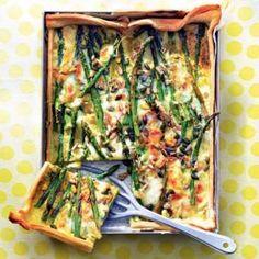 Italiaanse aspergetaart met mozzarella. Verwarm de oven voor tot 200 °C. Haal het deeg 10 min. voor gebruik uit de koelkast. Kook de asperges 5 min. in wa..