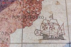 Detalhe da rosa dos ventos com a imagem de uma caravela chegando em Porto Seguro, na Bahia, em 1500.