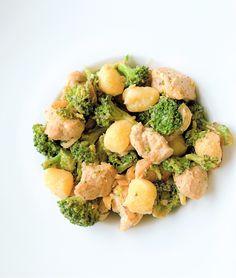 Voor de kaasliefhebbers onder ons is dit een bijzonder smakelijke combi voor een avondje lichte comfortfood.  Dit eenpansgerecht zit boordevol groenten, ruikt fantastisch en daarbovenop nog eens snel klaar. Je gaat beslist voldaan van tafel. Heerlijk met een glaasje witte wijn erbij. Gnocchi, Sprouts, Broccoli, Health Tips, Canning, Vegetables, Food, Home Canning, Veggie Food