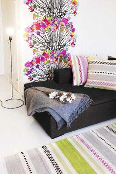Vallila, Sisustus - olohuone - tekstiilit ja seinäkuvio tuovat vivahteikkaita värejä
