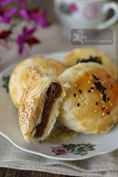 The Flaky and Flakiest Tau Sar Piah with smooth Tau Sar filling 酥皮豆沙饼 Asian Snacks, Asian Desserts, Chinese Desserts, Filipino Desserts, Chinese Cake, Chinese Food, Pia Recipe, Asian Cake, Snack Recipes