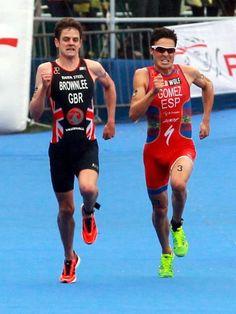 Der Brite Jonathan Brownlee (l) und Javier Gomez aus Spanien liefern sich beim Triathlon im Londoner Hyde Park ein packendes Finish. Am Ende triumphierte der Spanier. (Foto: Sean Dempsey/dpa)