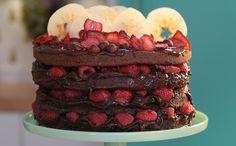 O bolo pelado, conhecido como naked, fica ainda mais gostoso com recheio de chocolate e cobertura de frutas vermelhas.