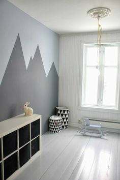 wohnideen wandbemalung kinderzimmer geometrische gestaltung The post Wandbemalung Kinderzimmer tolle Interieur ideen appeared first on Kinder Mode. Mountain Mural, Mountain Nursery, Kid Spaces, Play Spaces, Boy Room, Child's Room, Kids Bedroom, Kids Rooms, Kids Room Paint