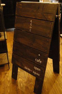 作家もの和食器の店 小田急線・JR 町田駅徒歩10分 -うつわももふく- Momofuku, Blackboards, Cafe Design, Shop Signs, Rustic Wood, Coffee Shop, Signage, Woodworking, Display
