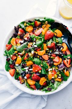 This refreshing orange and strawberry salad is packed with good-for-you ingredients and dressed in a flavor-packed citrus vinaigrette. Strawberry Vinaigrette, Citrus Vinaigrette, Easy Salads, Easy Healthy Dinners, Healthy Recipes, Almond Recipes, Weeknight Dinners, Healthy Salads, Healthy Foods