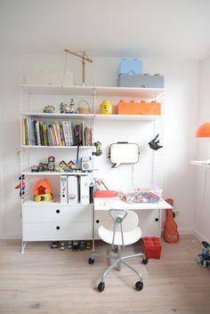 Office Workspace, Home Office, String Regal, String System, Scandinavian Kids Rooms, Kids Room Furniture, Kid Desk, Baby Bedroom, Kidsroom