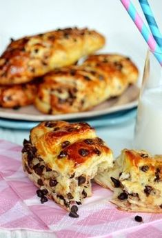 Viennoises with chocolate chips Breakfast Recipes, Dessert Recipes, Delicious Desserts, Bagel Bar, French Chocolate, Chocolate Brioche, Good Food, Yummy Food, Bread And Pastries